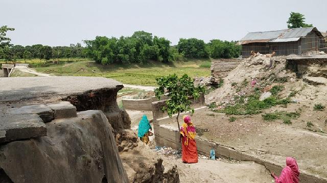 ছবি: মুন্সিগঞ্জ হাটের ভেঙ্গে থাকা ব্রীজ