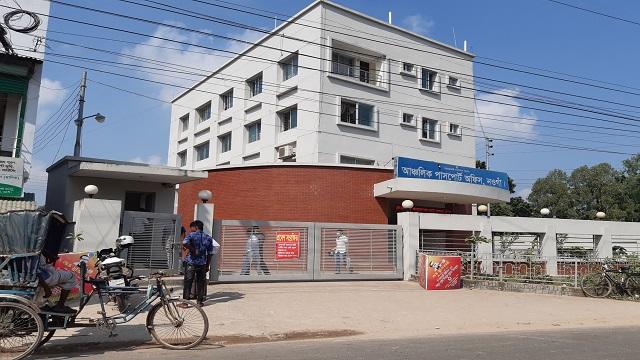 নওগাঁয় আঞ্চলিক পাসপোর্ট অফিসে সেবা প্রত্যাশীদের ভোগান্তি