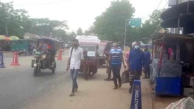 নানা পন্থায় এলাকা ছাড়ছেন চাঁপাইনবাবগঞ্জের মানুষ, বাড়ছে ঝুঁকি