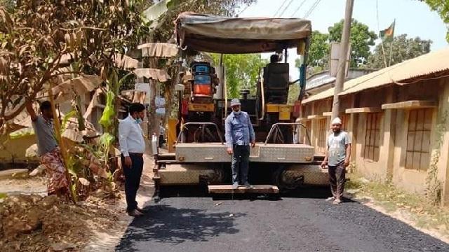 দুর্গাপুরে আধুনিক পেভার মেশিন দিয়ে রাস্তা নির্মাণ