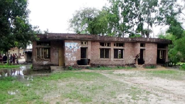 নারায়নপাড়া উপ-স্বাস্থ্য কেন্দ্রটি এখন নিজেই রোগী