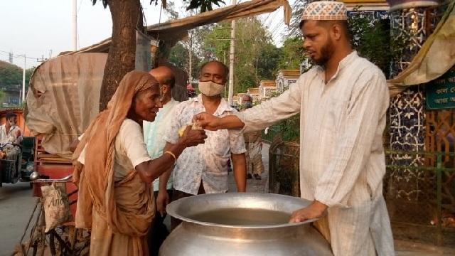 রাজশাহীতে বিনামূল্যে খাবার বিলি করেন চা বিক্রেতা
